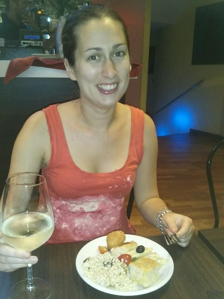 young woman eating tapas during 36 hours in Milan